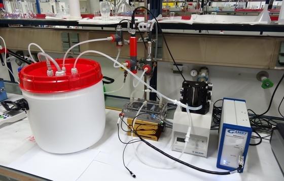 Das Foto zeigt den Versuchsaufbau einer Entsalzungsanlage im Labor von Volker Presser.