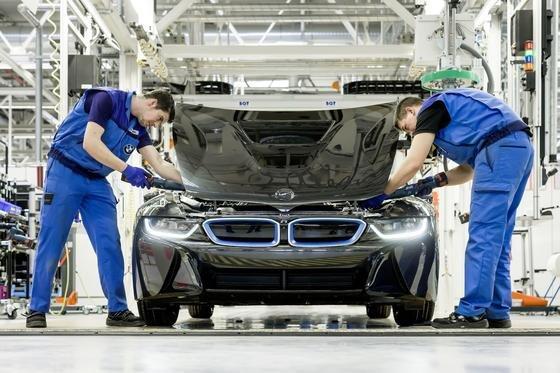 Produktion des BMW i8 in Leipzig: Besonders bei der Fertigung von Elektrofahrzeugen werden CFK-Bauteile eingesetzt, um Gewicht zu sparen. Das hat besonders hohe Ansprüche an die Fügetechnik zur Folge. Mit einem neuartigen Kleber wollen Fraunhofer-Forscher verschiedene Elastizitäten gewährleisten, je nach Bauteil und Anforderung.