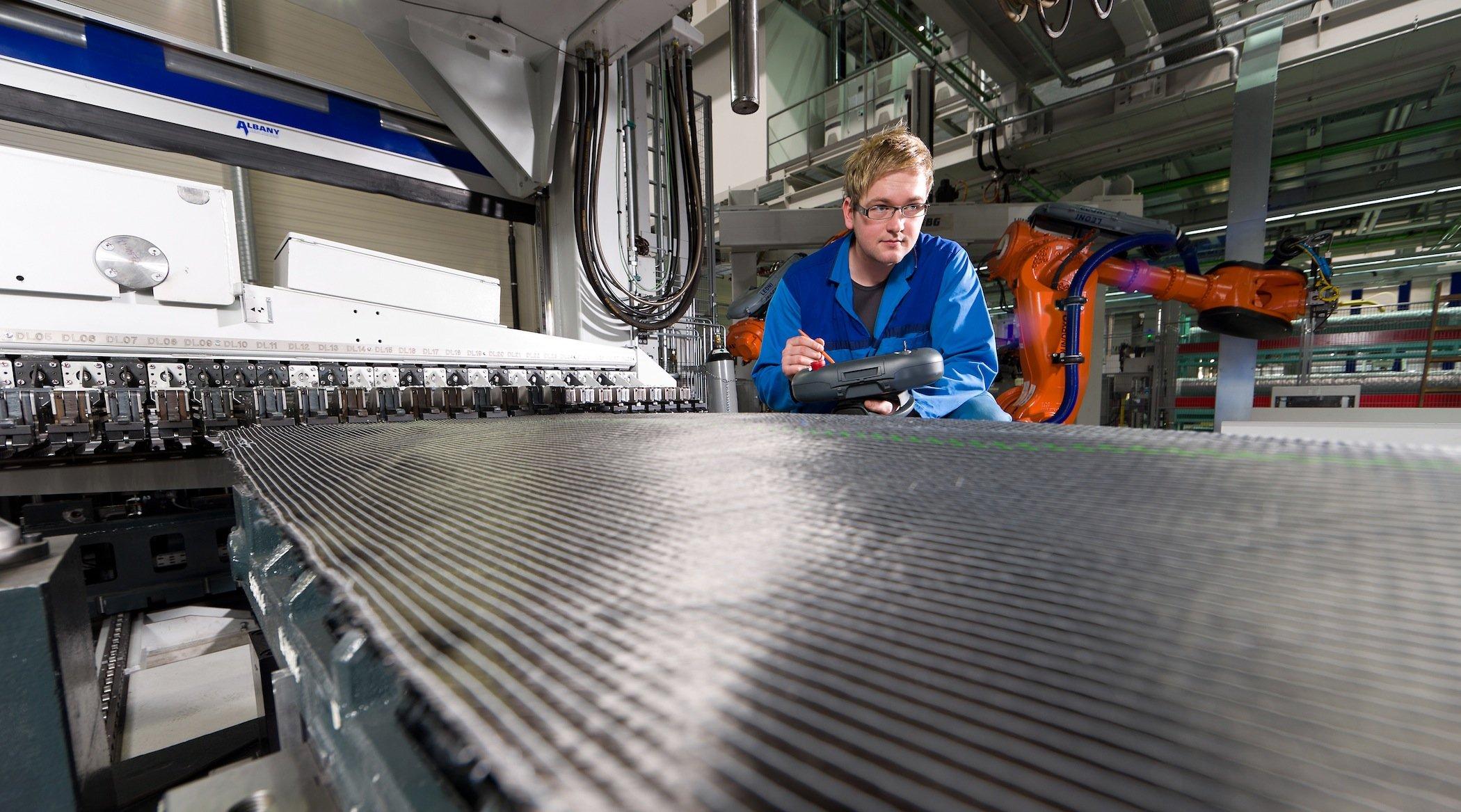 Preformanlage für CFK-Bauteile im BMW-Werk Landshut: CFK-Bauteile werden nicht verschweißt wie Stahlbauteile, sondern verklebt. Fraunhofer-Forscher haben jetzt einen neuen Kleber entwickelt, der höhere Ansprüche erfüllen soll.