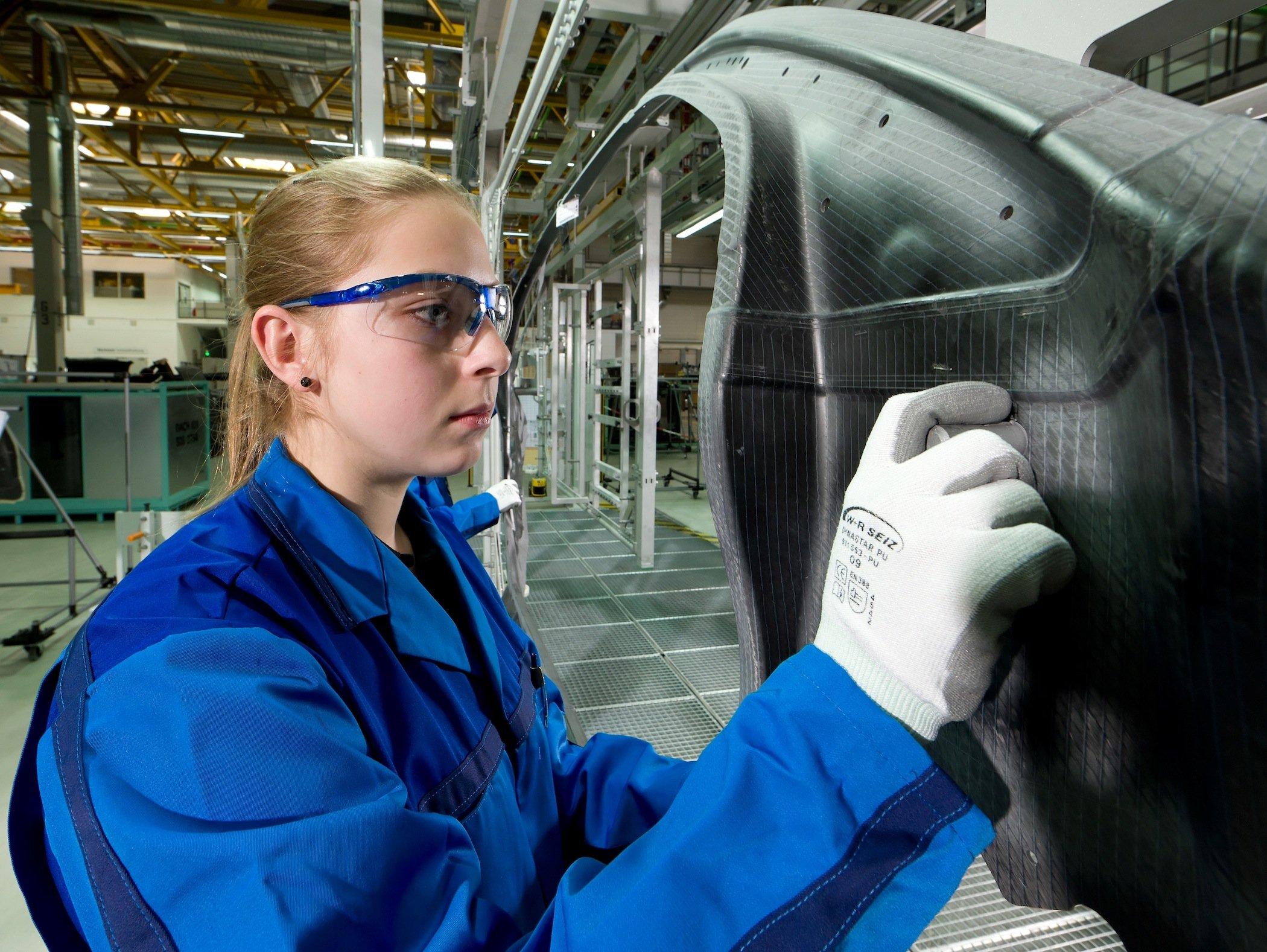 Prüfung eines CFK-Karosserieteils im BMW-Werk in Landshut: Die Anforderungen an die Fügetechnik wird durch neue Materialien immer höher.