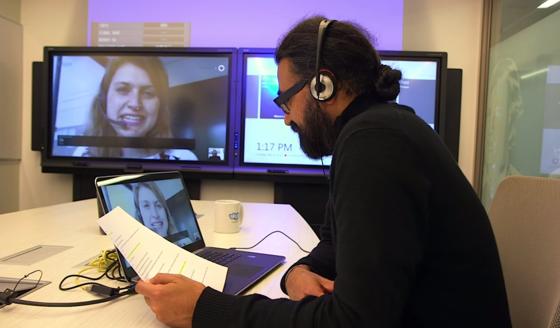 Microsoft Research bei der Entwicklung des Skype Translators. Tester weltweit nehmen die Beta-Version des Übersetzers jetzt unter die Lupe.
