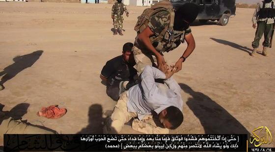 Über Twitter verbreitetes ISIS-Foto von der Misshandlung eines irakischen Soldaten durch einen ISIS-Terroristen: Die Terror-Gruppe nutzt die sozialen Netzwerke ganz selbstverständlich, um ihre Gräuelvideos und Propaganda weltweit zu verbreiten. Der britische GeheimdienstGCHQ kritisiert, dass sich damit Facebook und Twitter zu Handlangern der Terroristen machen.