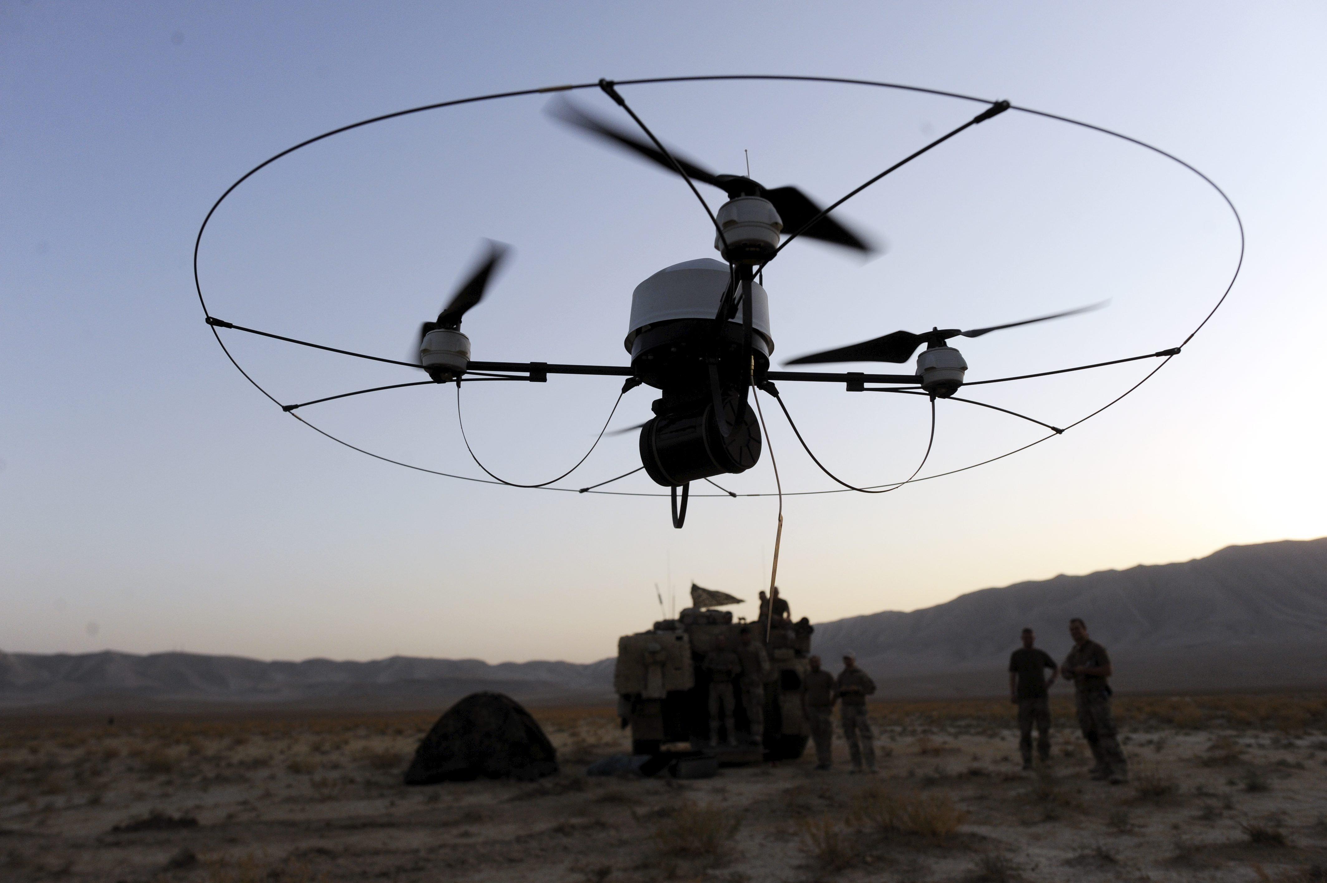 Bundeswehrsoldaten lassen im August 2011 in Afghanistan eine Aufklärungsdrohne fliegen.