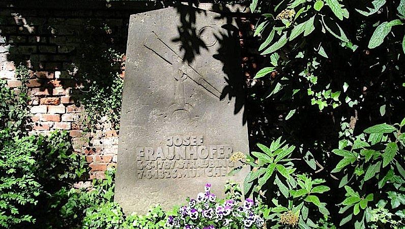Grab vonJoseph von Fraunhofer auf dem Alten Südlichen Friedhof in München.