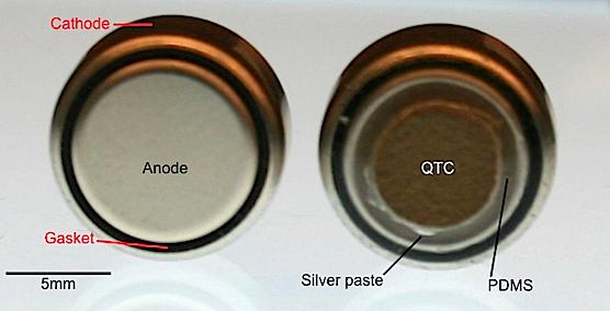 Auf der Anode der kindersicheren Batterie klebt eine QTC-Schutzschicht. Dadurch kann die Batterie im Magen eines Menschen keinen Strom abgeben, der Wasser in chemische Bestandteile zerlegt und dabei für die Entstehung ätzender Wasserstoffionen sorgt.