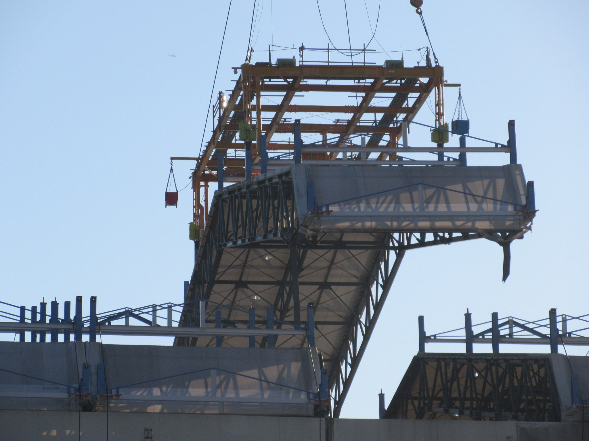 Fukushima-Reaktor 1: Derzeit werden einzelne Dachteile von Reaktor 1 abgehoben, um in den Reaktor vorzudringen und die Brennelement in Lauf der nächsten Jahre bergen zu können.