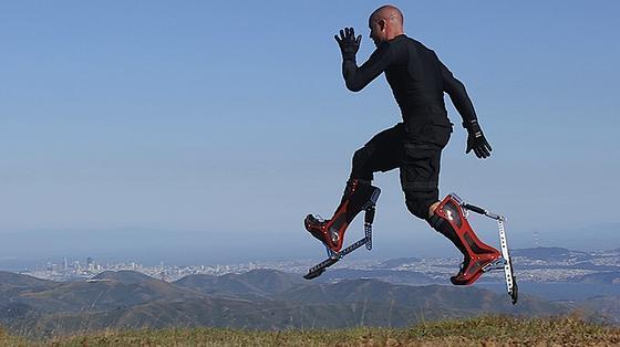 Nachts arbeitet Keahi Seymour als Barkeeper, tagsüber springt er mit seinen Bionic Boots durch San Franscisco.
