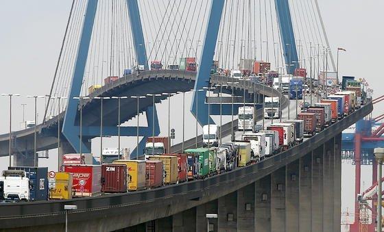 Mit Containern beladene Lastwagen stauen sich auf der Köhlbrandbrücke in Hamburg: Der Streik der Lokführer triff massiv auch die deutschen Unternehmen.