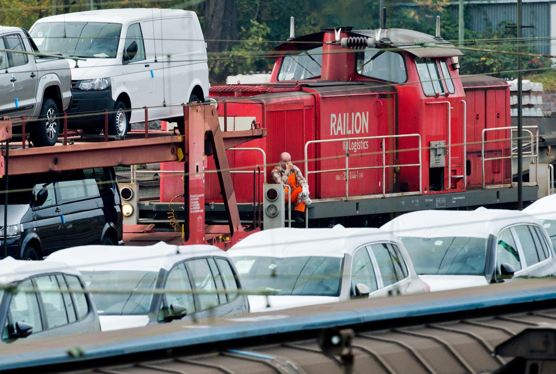 Güterzug mit Neuwagen von Volkswagen imBahnhof von Seelze in der Region Hannover: Die Autohersteller haben dringende Transporte auf die Straße verlagert. Deshalb setzen Spediteure auch zusätzliche Lkw aus Osteuropa ein.