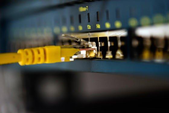 Die US-Regulierungsbehörde FCC will es amerikanischen Internetprovidern künftig erlauben, Kunden gegen Geld eine schnellere Datenübertragung anzubieten. Das verzerre den Onlinewettbewerb, wütet die empörte Netzgemeinde.