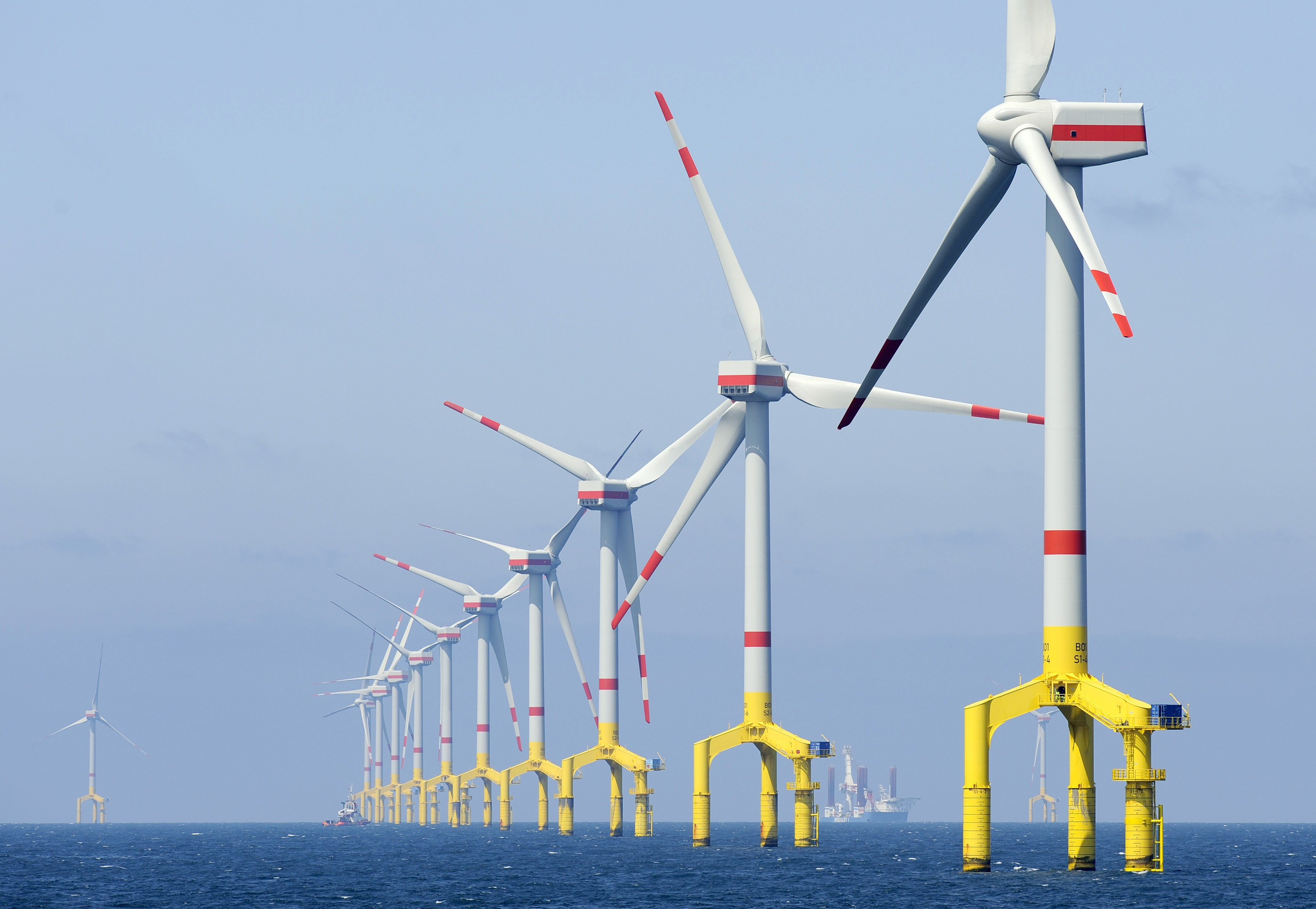 Windkrafträder im Baufeld des Offshore-Windenergieparks Bard Offshore 1, ungefähr 100 Kilometer vor der ostfriesischen Insel Borkum (Niedersachsen). Die biozidfreien Schutzbeschichtungen könnten auch ihren stählernen Fundamenten zugutekommen, die sich permanent im Wasser befinden.