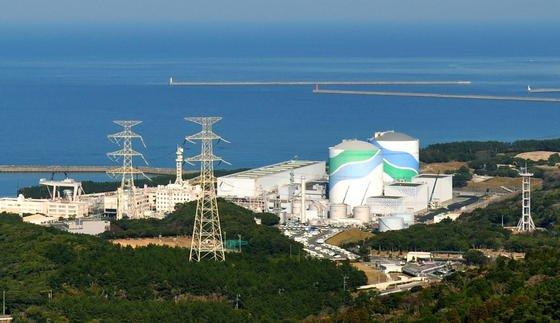 Die beiden Atomreaktoren in Sendai sind die ersten, die dreieinhalb Jahre nach der Atomkatastrophe von Fukushima wieder ans Netz gehen soll. Insgesamt 48 Reaktoren wurden nach Fukushima vom Netz genommen und sollen nun wieder nach und nach angefahren werden.