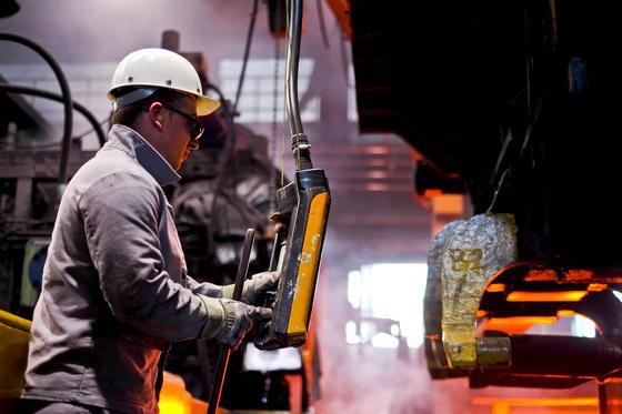 Herstellung von Stahlrohren bei Vallourec & Mannesmann in Düsseldorf: Die IG Metall will in der nächsten Tarifrunde 2015 bis zu sechs Prozent mehr Lohn fordern.