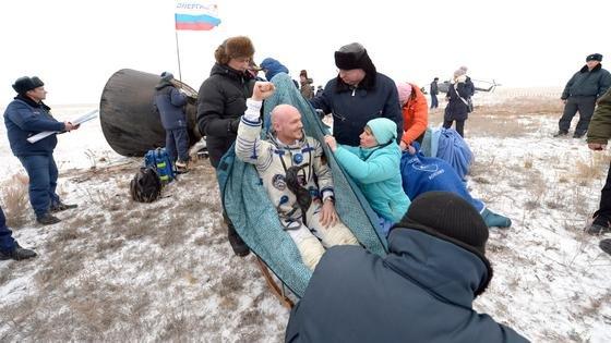 Er ist wieder da, steckt voller Tatendrang und freut sich auf den Duft des Waldes und auf eine Pizza: Astronaut Alexander Gerst kurz nach seiner Landung in Kasachstan.