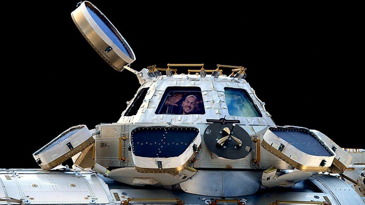 Kurz vor dem Umstieg in die Sojus-Kapsel winkt Astronaut Alexander Gerst zum Abschied von der ISS.
