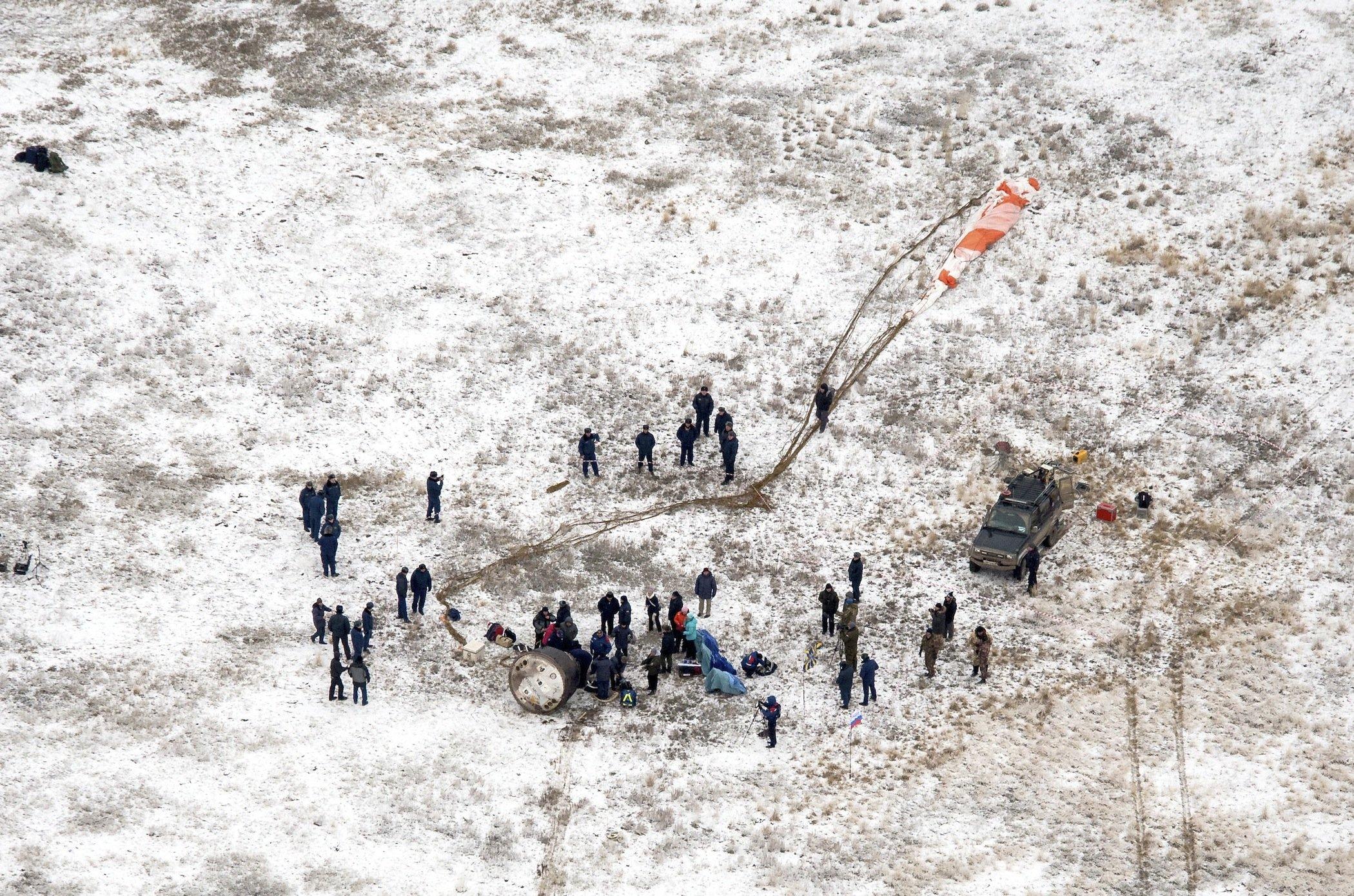 Landung im Schnee: Etwa 100 Kilometer entfernt von der StadtArkalyk landete die Sojuskapsel in der kasachischen Steppe.