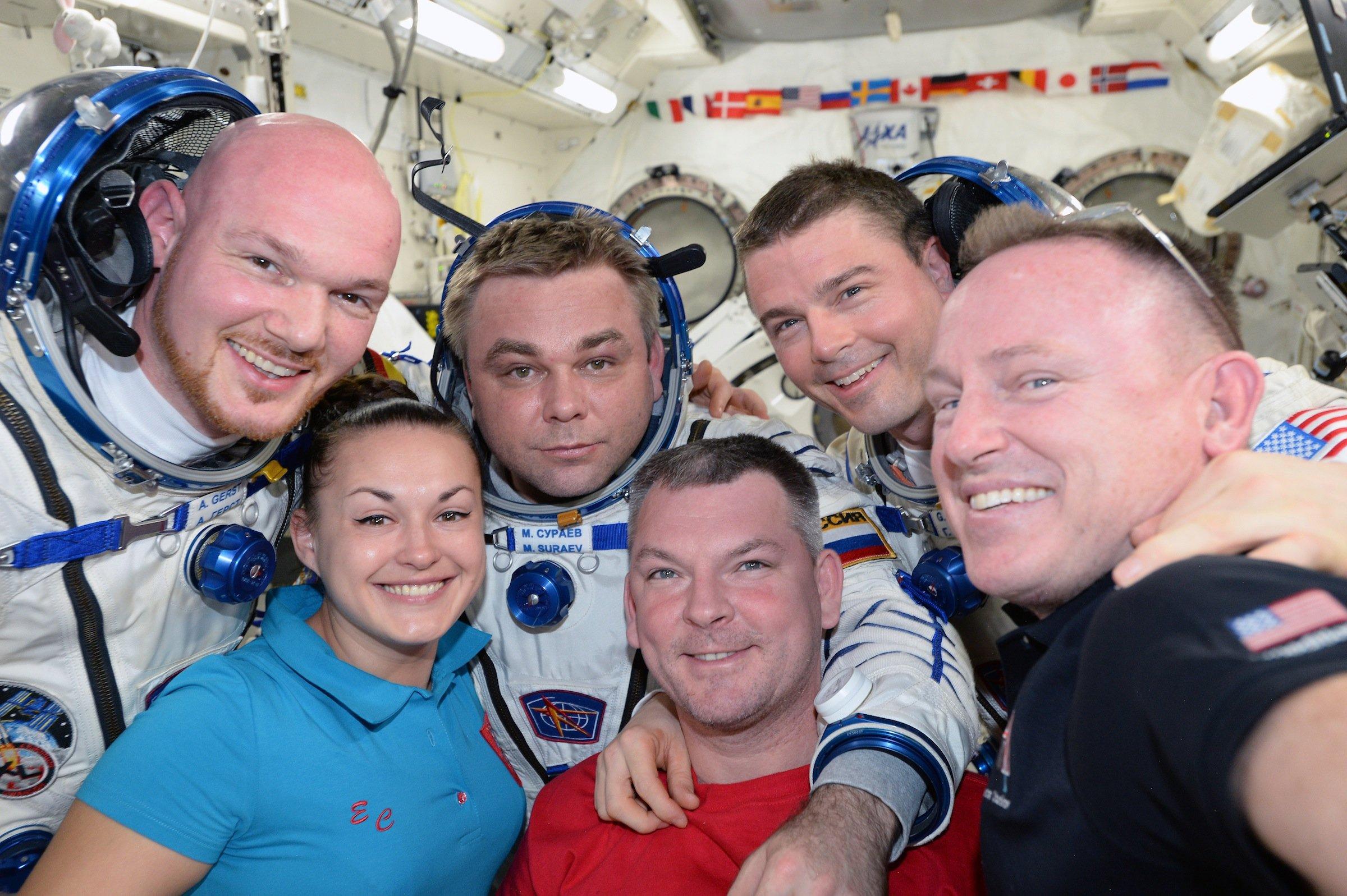 Gruppenbild mit Dame: Die sechs Astronauten auf der ISS schießen zum Abschied ein gemeinsames Selfie.