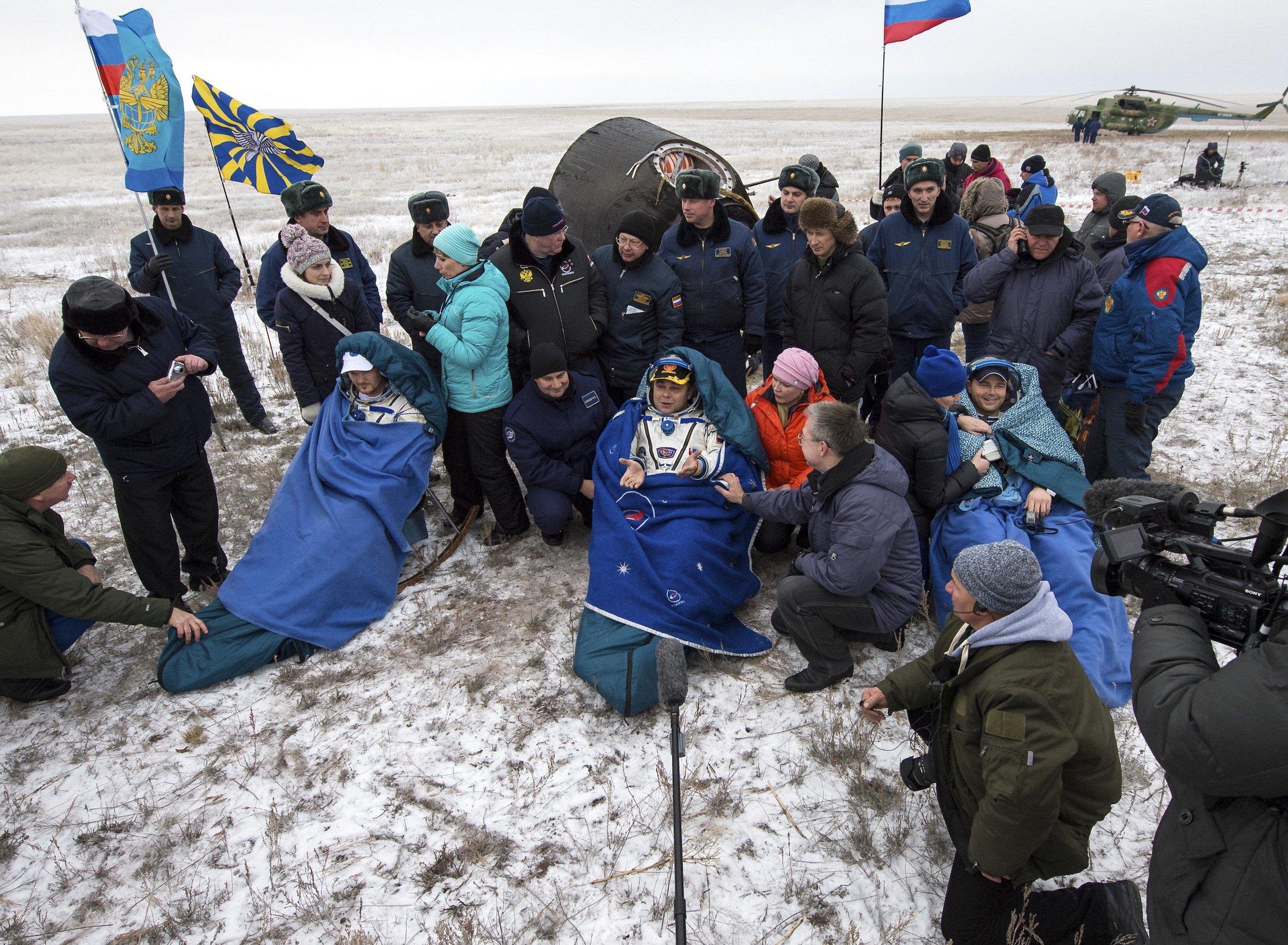 Kaum gelandet, schon die erste Pressekonferenz: Von links die WeltraumfahrerAlexander Gerst (Deutschland), MaximSurajew(Russland) und Reid Wiseman (USA) nur wenige Minuten nach der Landung im Schnee von Kasachstan.