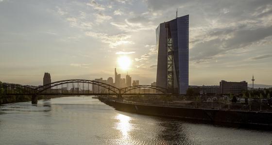 Der neue EZB-Tower auf dem Gelände des früheren Frankfurter Großmarktes. Im Hintergrund die Skyline von Frankfurt.