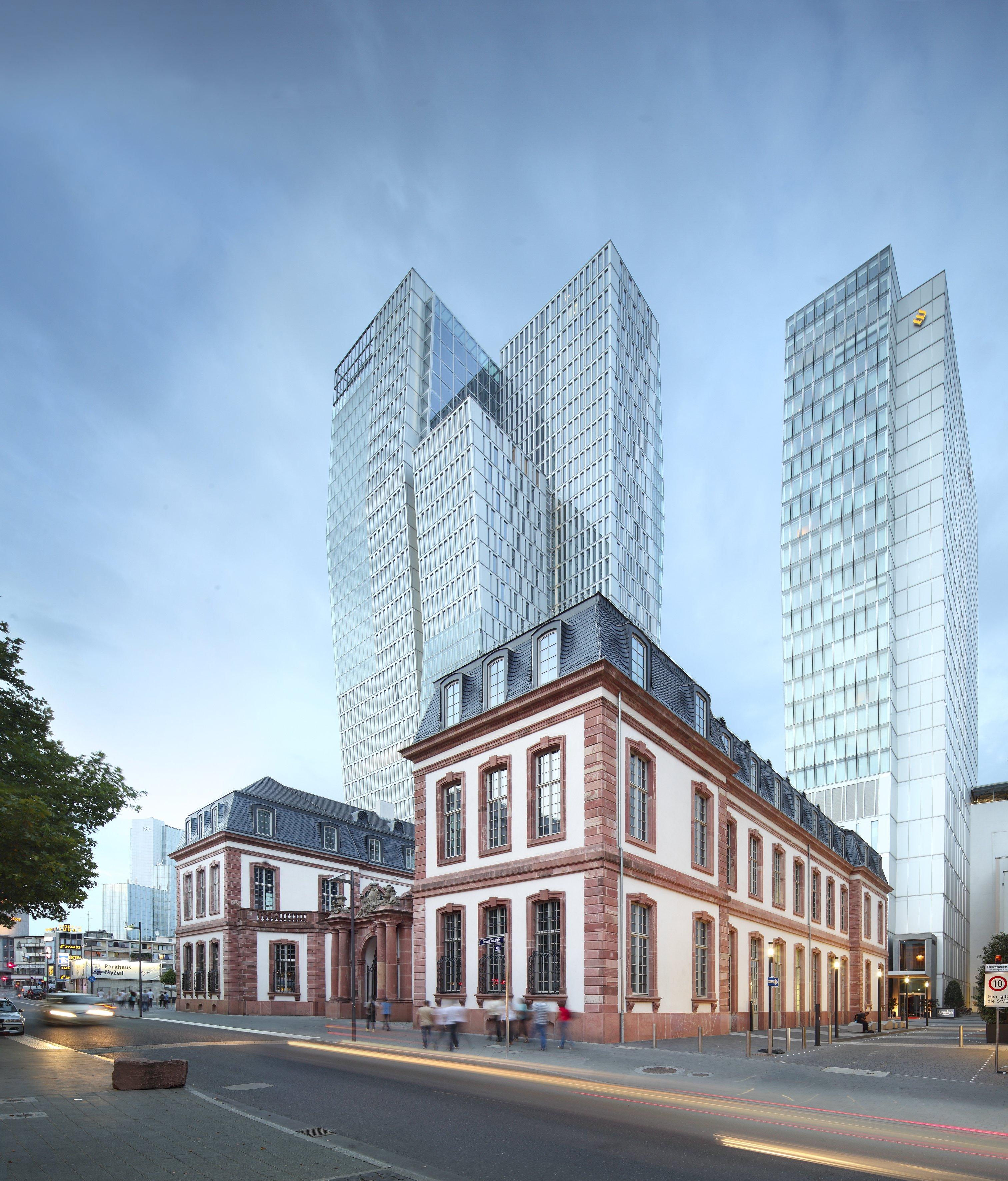 Starke Kontraste in Frankfurt: Der Nextower und Hotelturm Jumeirah hinter dem historischen Thurn-und-Taxis-Palais.