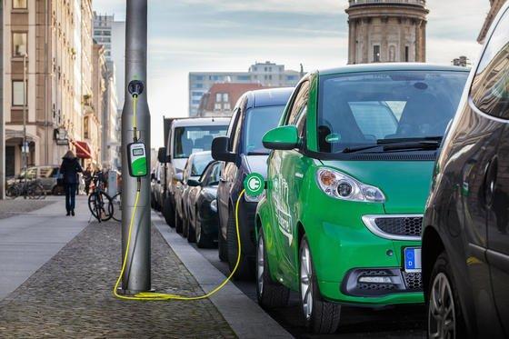 In Großstädten Elektroautos an Straßenlaternen mit neuer Energie versorgen ist ein neuer Trend, den auch BMW in München vorantreiben will.