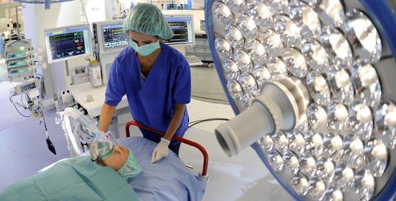 5533 Aussteller aus 68 Ländern präsentieren auf der weltgrößten Medizinfachmesse Medica in Düsseldorf neueste Trends der Branche. Das Foto zeigt den neuen Anästhesiearbeitsplatz Perseus A500 der Firma Drägerwerk.