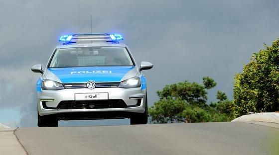 Die Polizei in Helgoland ist künftig mit einem E-Golf unterwegs. Allerdings dürfen die Polizisten das Gaspedal nicht durchtreten: Die Insel hat gerade eine Fläche von einem Quadratkilometer. Nach acht Sekunden Beschleunigung ist eine Fahrt bei Vollgas schon zu Ende.