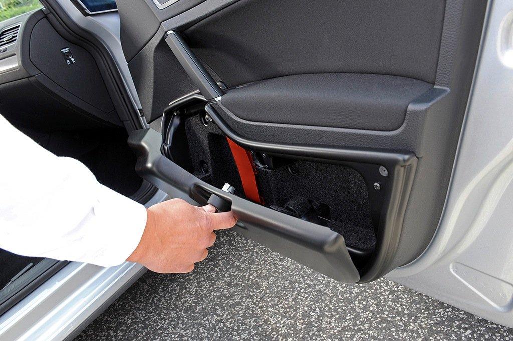 Die Polizei-Golfs sind mit einem besonders stromsparenden Funkgerät und Blaulicht ausgestattet. In der Türe ist eine Waffentasche untergebracht.