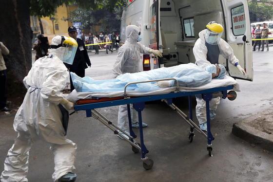 Ebola-Übung in Hanoi in Vietnam: Immer noch werden Ebola-Patienten offen transportiert, so dass die Viren in die Umgebung gelangen können. Jetzt hat das israelische Unternehmen Savion Industries ein Quarantäne-Bett entwickelt, das die Helfer vor dem Virus schützt.