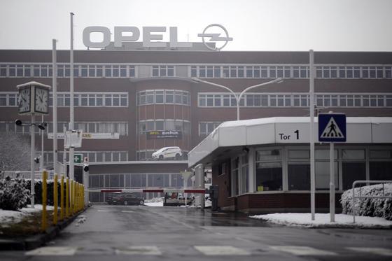 Ende 2014 werden mit der Schließung des Opel-Produktionswerkes in Bochum 3300 Arbeitsplätze wegfallen. Auf dem Werksgelände will die Deutsche Post ein neues Paketzentrum eröffnen.