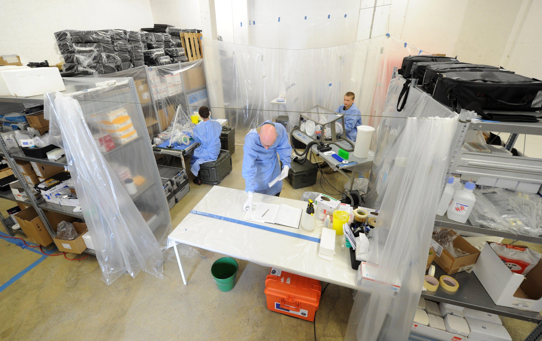 Mobiles Ebola-Labor der Bundeswehr: Seit Anfang Novemberwerden acht Soldatinnen und Soldaten im Umgang mit der verlegbaren Laborausstattung der Bundeswehr für den Einsatz in Ebola-Gebieten geschult.