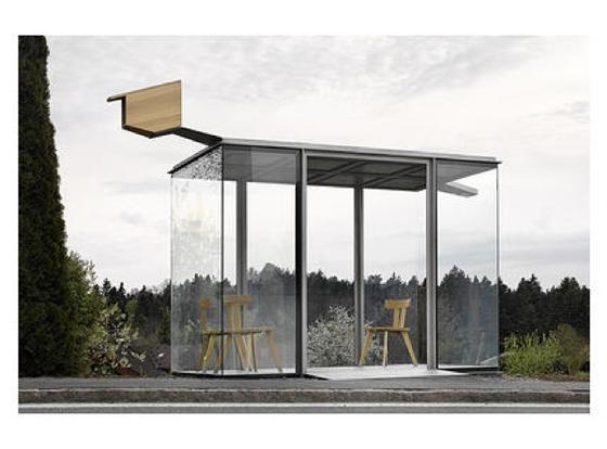 Radic überträgt die Intimität der Bregenzerwälder Stube in die Ausgesetztheit einer öffentlichen Bushaltestelle. Der Glaspavillon mit Betondecke und bäuerlichen Holzsesseln ist vertraut und fremd zugleich.