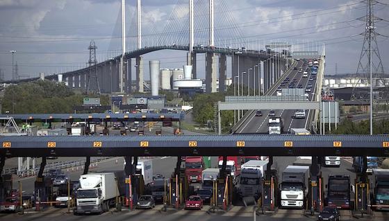 Dartford Crossing: Mit diesem Begriff werden diezwei Tunnelund eine Schrägseilbrücke an der Themse östlich von London bezeichnet.Sie verbinden Grays in Essex auf der Nordseite mit Dartford in Kent auf der Südseite.Vom 30. November an darf hierher nur noch fahren, wer die dafür anfallende Maut online zahlt. Bargeld wird nicht mehr akzeptiert.