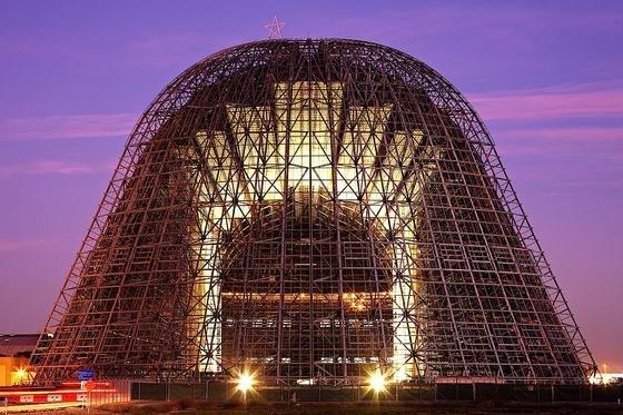 Der Hangar One auf demMoffet Airfield in Kalifornienist derzeit nur ein Gerüst: Die NASA hat ihn rückbauen lassen, nachdem man im Gebäude giftige Substanzen entdeckt hatte.