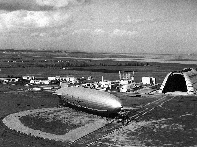 1933 diente der Hangar One dazu, das Luftschiff USS Macon unterzubringen. An die Historie soll ein Bildungszentrum erinnern, das Google auf dem Moffet Airfield baut.