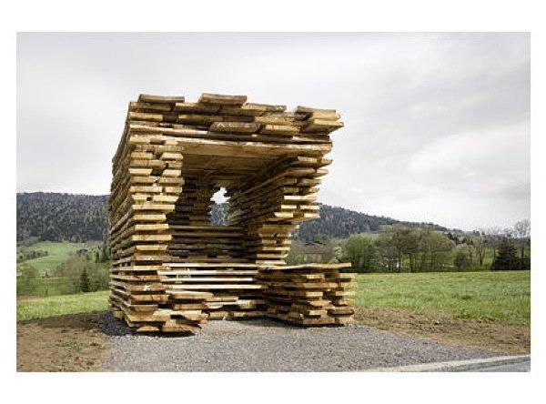 Die beiden spanischen ArchitektenAntón Garcia-Abril I und Débora Mesawaren fasziniert von den rohen, unbehandelten Eichenbrettern und deren Schichtung in den Trockenlagern der Holzwerkstätten im Bregenzerwald. Aus völlig unbehandelten Brettern haben sie einen geschützten und einen offenen Raum aufgeschichtet.
