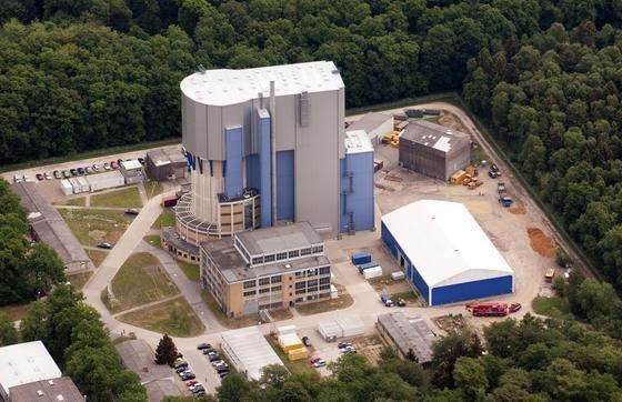 Das zylindrische AVR-Gebäude mit der Materialschleuse aus der Vogelperspektive auf dem Gelände des Forschungszentrums Jülich bei Aachen.