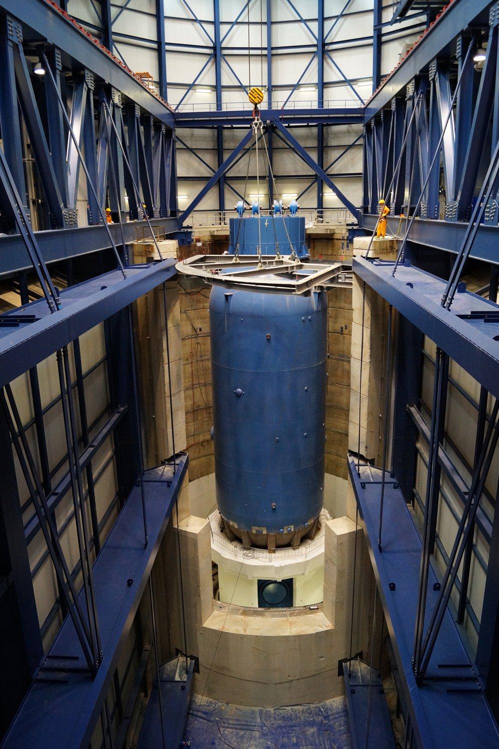 Freigelegter Reaktorbehälter des Forschungsreaktors in Jülich: Der 2100 Tonnen schwere Behälter wird nun aus dem Schutzbehälter aus Beton gehoben und auf ein spezielles Gestell gesetzt.
