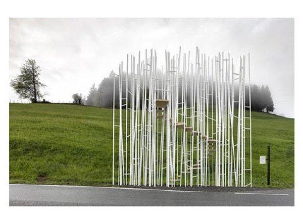 SouFujimotos Haltestelle gibt keinen Schutz vor der Witterung. Stattdessen gehen die dünnen Stahlstangen, zwischen denen sich eine Treppe hinaufwindet, einen offenen Dialog mit der Natur ein. Damit will der japanische Architekt eine neue Dimension von Ort, Raum und Natur eröffnen.