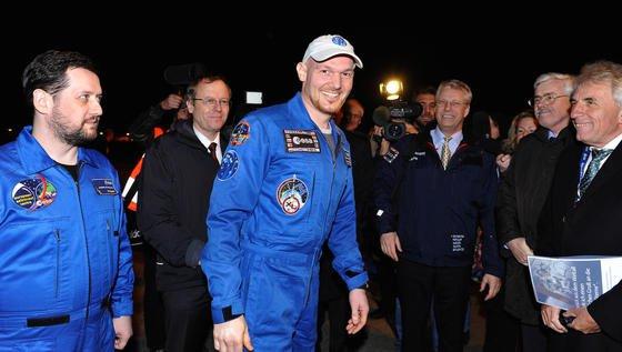 Vierzehn Stunden nach seiner Landung in der kasachischen Steppe kam der deutsche Astronaut Alexander Gerst am 10. November kurz vor 19 Uhr auf dem Flughafen Köln-Bonn an. Hier wurde der 38-Jährige unter anderem von DLR-Chef Prof. Johann Dietrich Wörner (2.v.l), Kölns Oberbürgermeister Jürgen Roters (r.) und Thomas Reiter, Astronaut und ESA-Direktor für bemannte Raumfahrt (3.v.re) begrüßt. Gerst ist der erste europäische Raumfahrer, der direkt nach seiner Rückkehr aus dem All in sein Heimatland geflogen worden ist – und nicht wie sonst üblich in die USA.