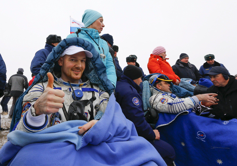 Wie immer gut gelaunt: Astronaut Alexander Gerst kurz nach seiner Landung am 10. November in der kasachischen Steppe.