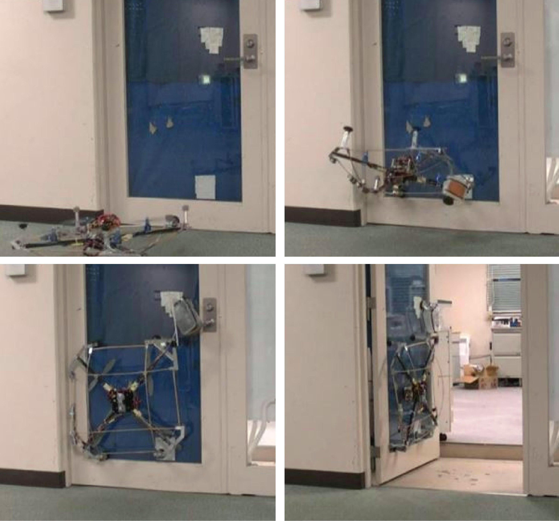 Der Roboter haftet sich mit Saugnäpfen an die Tür. Dann zieht er den Türgriff nach unten und öffnet die Tür einen kleinen Spalt. Der Winddruck seiner Propeller vergrößert den Spalt bis der Roboter hindurchfliegen kann.