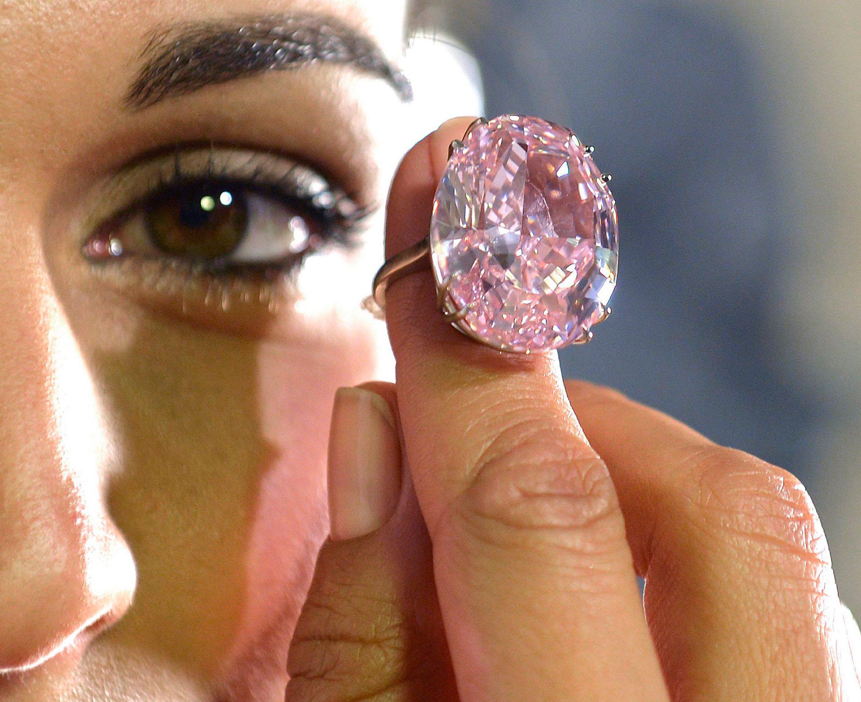 Eine Angestellte des Auktionshauses Sotheby's hält den pinkfarbenen Diamanten Pink Star – 59,60 Karat schwer, lupenrein und 44,4 Millionen Euro wert. Gegen diesen Klunker hat der Erdnussbutter-Diamant keine Chance.