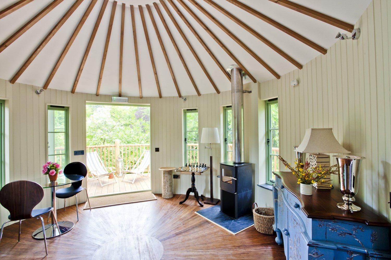 Als Feuerstelle bezeichnet Bower House Construction diesen Raum im Innern des Baumhauses.