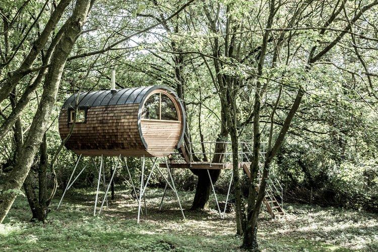Auf Stelzen inmitten von Bäumen platziert ist diese als Extra-Zimmer im Grünen gedachte Bower House Konstruktion.