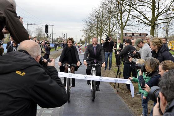 Der niederländische Wirtschaftsminister Henk Kamp hat SolaRoad eingeweiht: Bis 2016 soll der stromerzeugende Fahrradweg von 70 auf 100 Meter ausgebaut sein. Kostenpunkt: drei Millionen Euro.