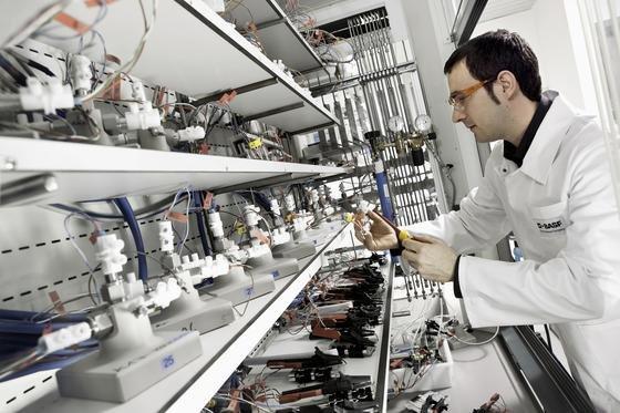 Forschung bei BASF an neuen Lithium-Ionen-Akkus: Jetzt hat sich die Branche auf einen Leitfaden geeinigt, der die Sicherheit stationärer Speicher in Privathaushalten steigern soll.