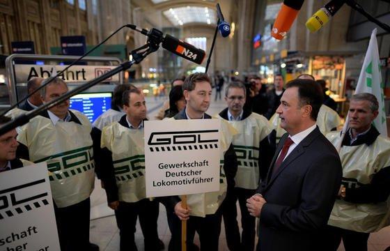 Bahnstreik der GDL, Interview von GDL-Chef Claus Weselsky imHauptbahnhof in Leipzig: ArbeitgeberpräsidentIngo Kramer sieht durch die Streiks der Spartengewerkschaft die Tarifautonomie geschädigt. Er begrüßt die Gesetzesinitiative von Arbeitsministerin Andrea Nahles zur Tarifautonomie.