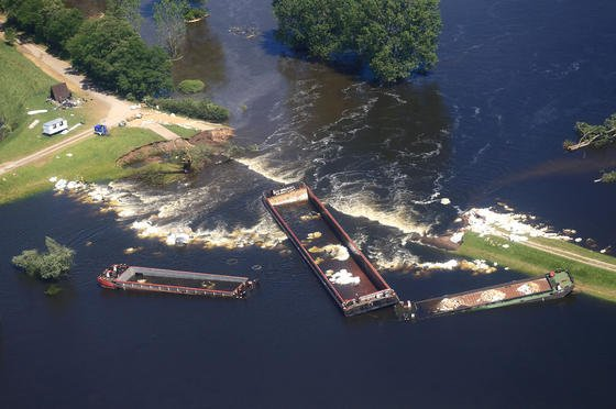 Der provisorisch geschlossene Dammbruch in Fischbeck (Sachsen-Anhalt) am 17. Juni 2013. Das System von Siemens soll zukünftig rechtzeitig vor Dammbrüchen warnen.