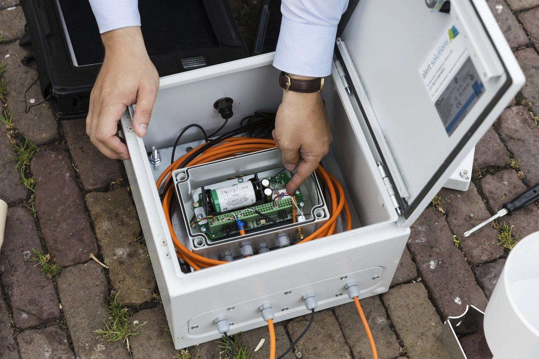 Frühwarnsystem von Siemens:Derzeit ist eine Kette von Sensoren auf einer Länge von fünf Kilometern an einem Deich in Amsterdam installiert. Sie liefern permanent Informationen über dessen Zustand.
